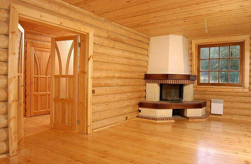 Внутренние помещения деревянного дома, после шлифовки и покрытия лаком