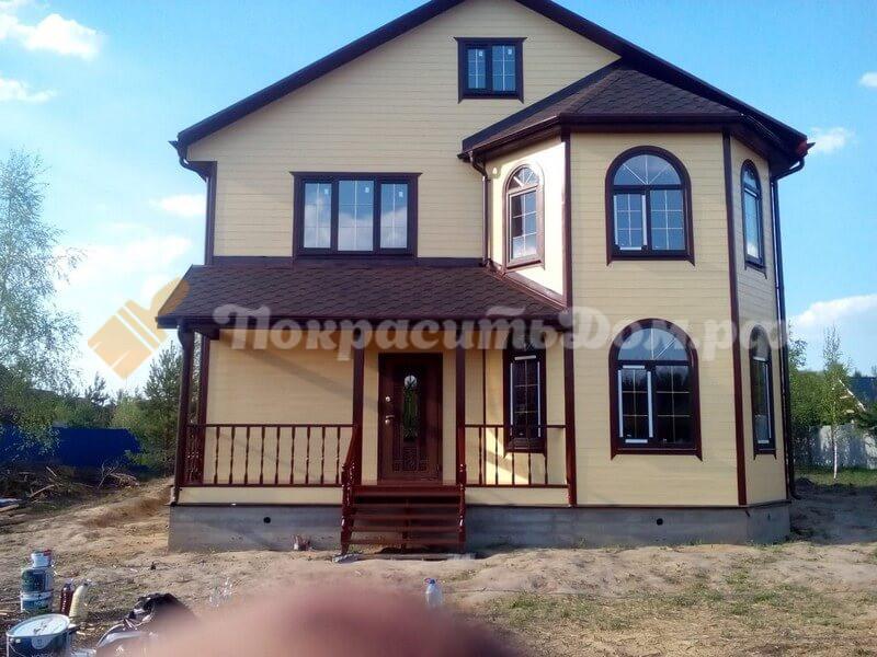 Покрашен деревянный каркасный дом укрывной финской краской